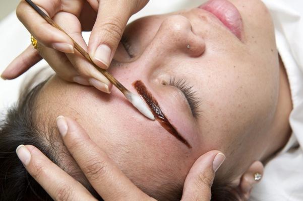 Aplicação de henna nas sobrancelhas: dicas, duração e vídeo   lord perfumaria sobrancelha henna   makeup olhos maquiagens    Vitale vídeo Tutorial tintura sobrancelhas Olhos henna estética como fazer
